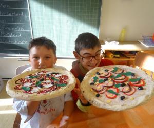 Marlon und Marvin lassen sich die Pizza munden