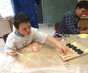 Marlon malt die Garnelen an, Johannes nimmt sich der Zitronenschnitze an