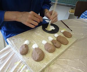 Die Hühnerschenkel werden ebenfalls aus Salzteig geformt und bemalt