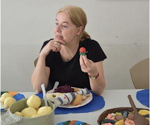 Die künstlerische Begleiterin des Projektes, May-Britt Nyberg Chromy, beim Probieren einer Erdbeere ...