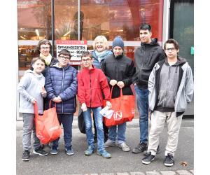 Die Protagonisten beim Einkaufen von Essenszutaten: V.l.n.r.: Marlon, Johanna Salzmann, Arcun, Marvin, Gabriele Meier, Johannes, Kaan und Askin (Bild: Kapi)