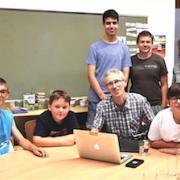 Die Klasse FÖ2 mit Klassenlehrerin Johanna Salzmann zeigt Schuldirektor Bernhard Jäger das Zwischenergebnis auf dem Computer