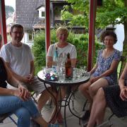 May-Britt, Wolfgang, Gabi, Johanna und Angelika bei der Besprechung der Präsentation im Pavillion von Wolfgang und Johanna