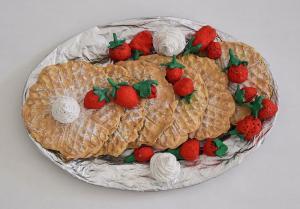 Waffeln mit Erdbeeren (Ton mit Acryl bemalt)